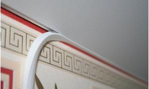 Прикрываем зазор между стеной: использование заглушек для натяжных потолков
